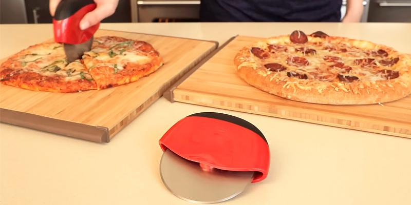 OXO 1270980 Good Grips Pizza Wheel and Cutter in the use