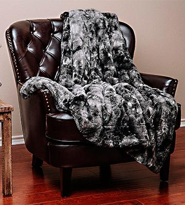 Review of Chanasya Super Soft Fur Faux Charcoal Gray Waivy Fur Pattern