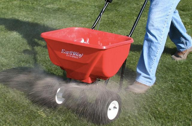 Best Fertilizer Spreaders for Your Lawn