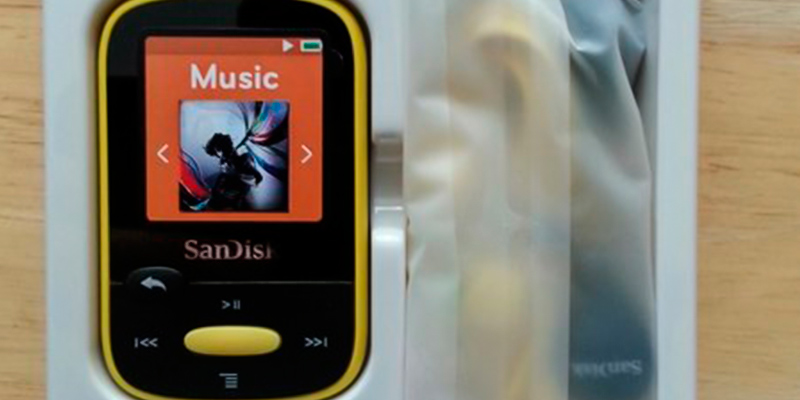 SanDisk SDMX22-008G-A57K MP3 Player in the use