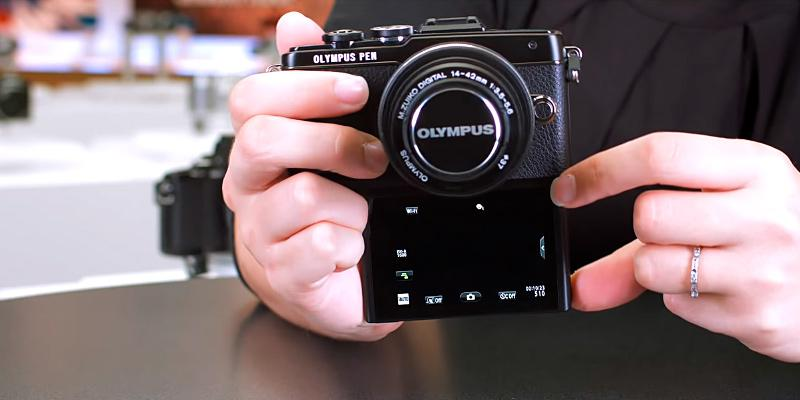 Olympus E-PL7 16MP Mirrorless Digital Camera in the use