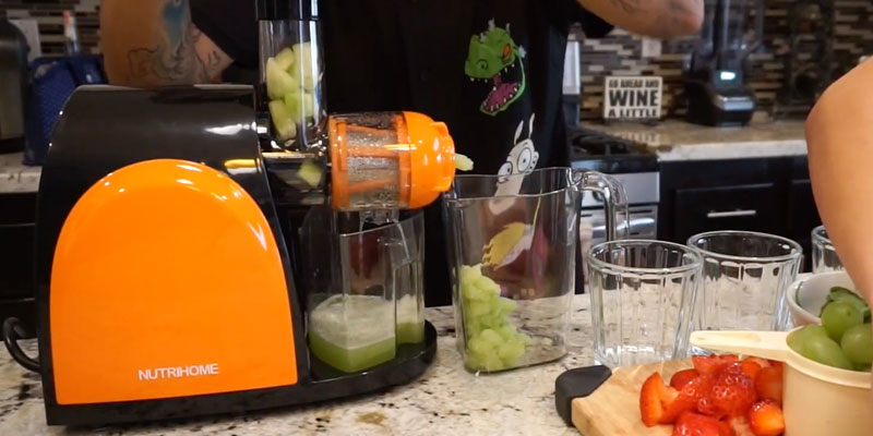 NUTRIHOME AMR509 Masticating Juicer in the use