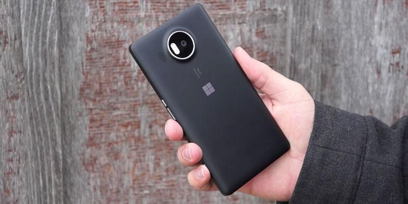 Microsoft Lumia 950 XL (RM-1085) Unlocked International Model in the use
