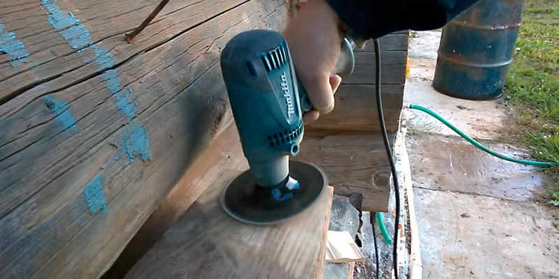 Makita GV5010 5-Inch Disc Sander in the use