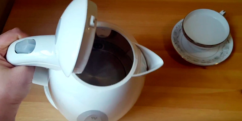 Ovente KP72B Electric Kettle in the use