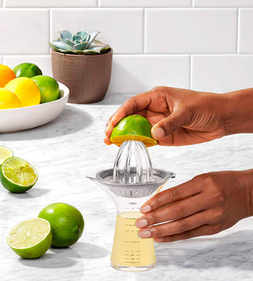 Review of OXO Good Grips SteeL Small Citrus Juicer with Built-In Measuring Cup and Strainer