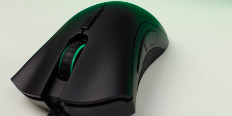 Razer RZ01-02010100-R3 RGB Ergonomic Gaming Mouse in the use
