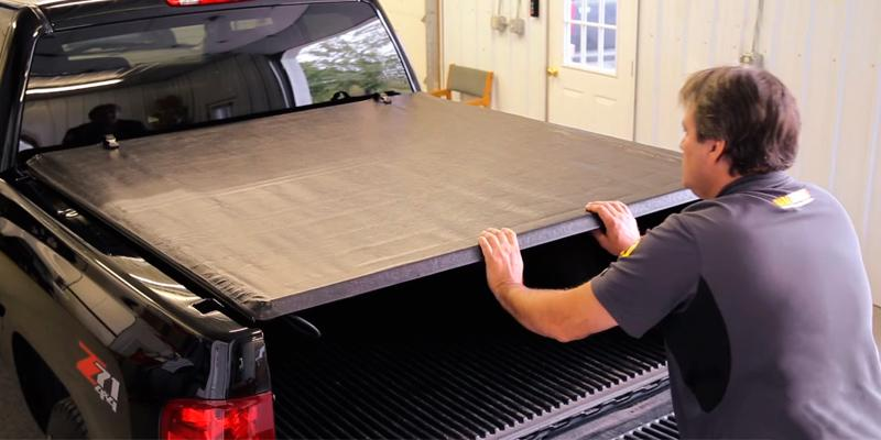 Lund 99014 Genesis Seal & Peel Tonneau Cover in the use