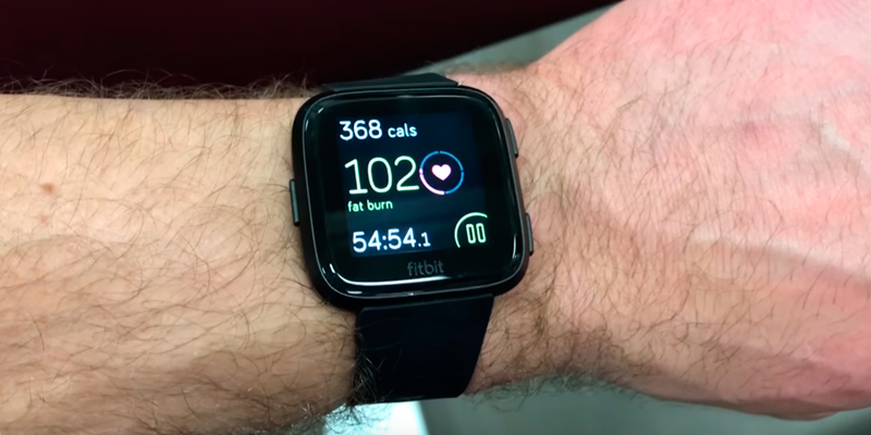 Fitbit Versa (816137029025) Smartwatch in the use