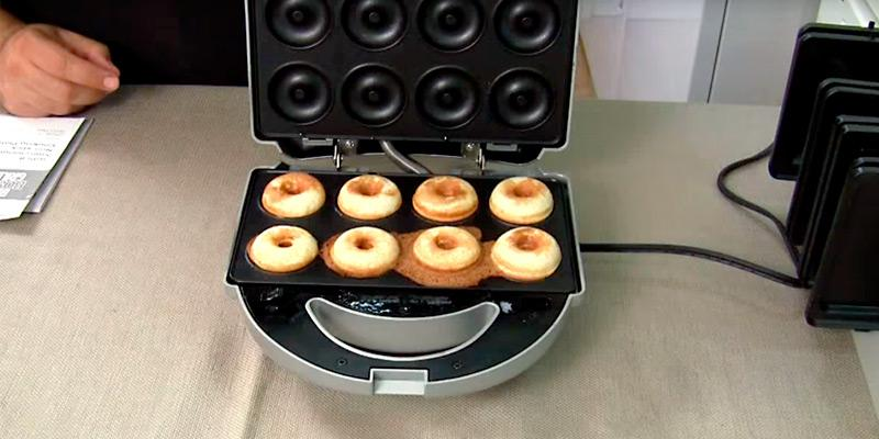 ZZ S6142A-S Sandwich Waffle Burger and Donut Maker in the use