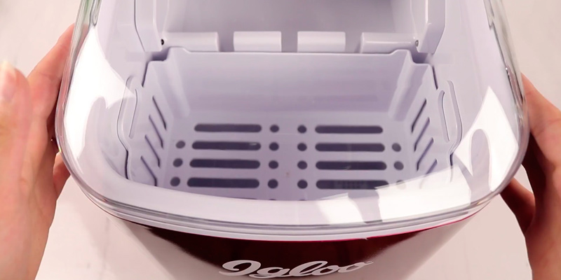 iGloo ICEB26RR Portable Automatic Ice Cube Maker in the use