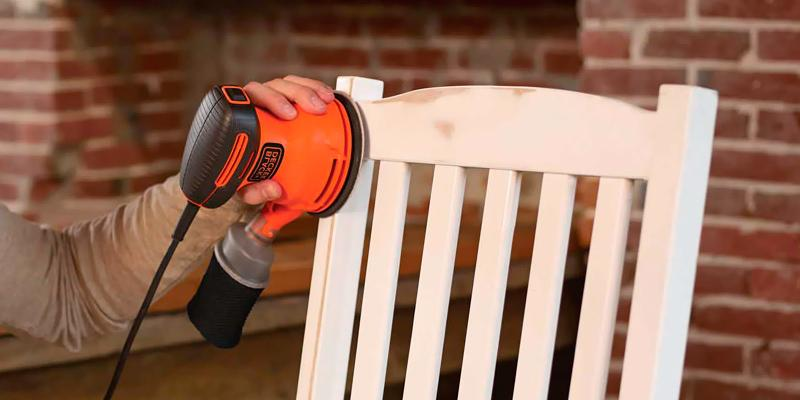 Black & Decker BDERO100 Random Orbit Sander in the use