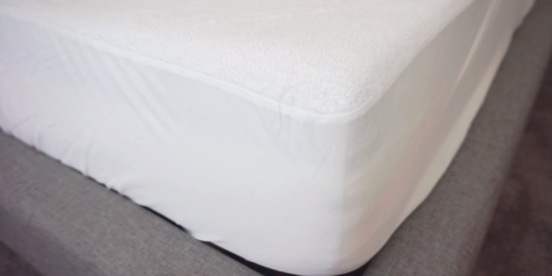 Review of SafeRest SYNCHKG020827 King Size Premium Hypoallergenic Waterproof Mattress Protector