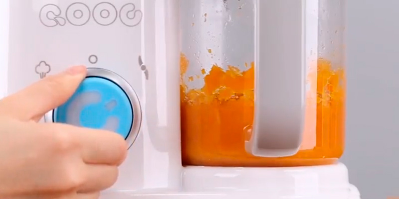 QOOC QOOC01 4-in-1 Mini Baby Food Maker in the use