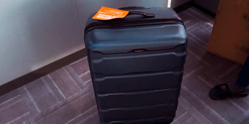 "Samsonite Omni PC 24"" Hardside Spinner in the use"