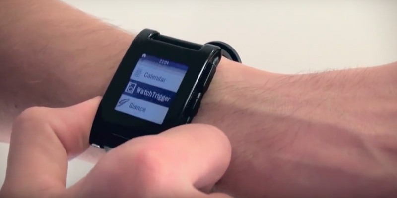 Pebble PE301BL Smartwatch Black in the use