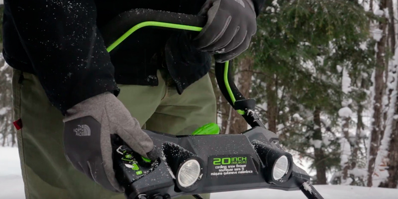 GreenWorks Cordless Snow Thrower PRO 20-Inch 80V in the use