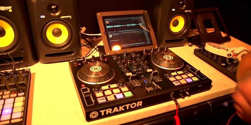 Native Instruments Traktor Kontrol S2 MK2 Made in USA in the use