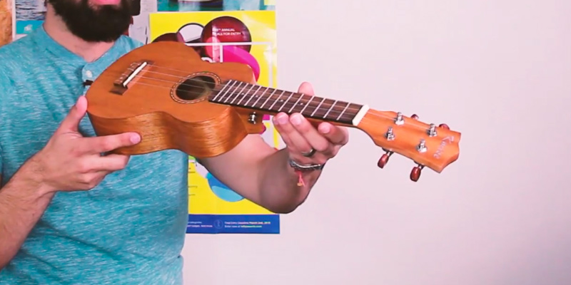 Kmise Soprano Vintage Hawaiian Ukulele in the use
