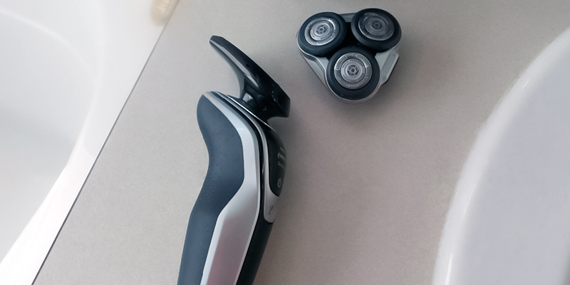 Philips Norelco S5370/84 Electric Shaver 5700 in the use