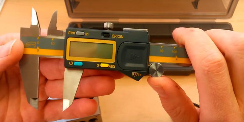 iGaging 100-700-06 Digital Electronic Caliper in the use